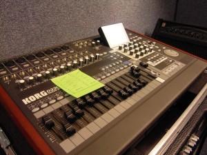 5.Wanneer hebben jullie voor het eerst een cd(of demo) opname gedaan. In 2004 hebben we onze eerste demo opgenomen, genaamd 'Unleashed'. Dit hebben we bij een paar vrienden thuis gedaan die een zelf een homestudio al hadden. In 2007 zijn we, in een andere bandbezetting, naar Studio 't Pand te Vlaardingen gegaan om de 'Immortality' EP op te nemen. In 2012 is ons eerste CD album 'Nightblood' uitgebracht. Voor meer informatie over Nox Aeterna CD's verwijs ik graag naar www.noxaeterna.nl/Releases.html Hier staan ook diverse mp3 bestanden. 6.Wanneer ben je zelf begonnen met het opzetten van een eigen homestudio? Toen we in 2007 in Studio 't Pand waren voor de 'Immortality' EP begon mijn fascinatie voor het opnemen. Ik vond alles wat de engineer deed erg interessant. Een paar jaar later toen de opnames van 'Nightblood' concreet begonnen te worden heb ik diverse spullen aangeschaft om deze opnames zelf te kunnen gaan maken. Dit was voornamelijk om de tijdsdruk volledig weg te nemen. Een studio boeken kost namelijk redelijk wat geld, iets wat behoorlijk kan oplopen. Zo rond de zomer van 2011 ben ik begonnen met het opzetten van de thuisstudio. De eerste aanschaf was een recording workstation. Hiervoor kwam ik uit bij de Korg D3200, een draagbare meersporenrecorder met ingebouwde mixer die veel vrijheid geeft met betrekking tot het aantal sporen en aansluitmogelijkheden. Daarnaast kocht ik een dynamische microfoon die in geen enkele studio mag ontbreken, een Shure SM57. Deze kun je voor heel veel verschillende doeleinden toepassen. Daarna heb ik vrij snel een Behringer condensator microfoon gekocht die ik voornamelijk gebruik voor vocalen. 7.Hoeveel tijd besteed je er aan per week? Dat verschilt van week tot week, maar ik ben gedwongen om het te beperken tot weekenden. Door mijn werk kan ik door de weeks niet heel veel tijd in de studio doorbrengen. Wel heb ik de hele week diverse ideeën die ik dan in het weekend uitwerk of uitzoek.